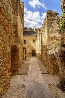 Zamek pedraza w segowii. stary średniowieczny pałac rycerski wykonany z kamienia. twierdza z wewnętrznymi kamiennymi uliczkami, zielonymi roślinami, łukami i tunelami. hiszpania.
