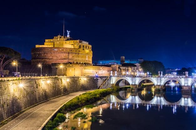 Zamek sant angelo w rzymie, włochy w nocy.