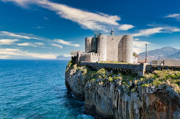 Zamek santa ana w castro urdiales, cantabria, hiszpania