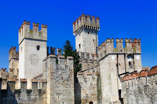 Zamek scaliger w sirmione, nad jeziorem lagod di garda, lombardia, północne włochy
