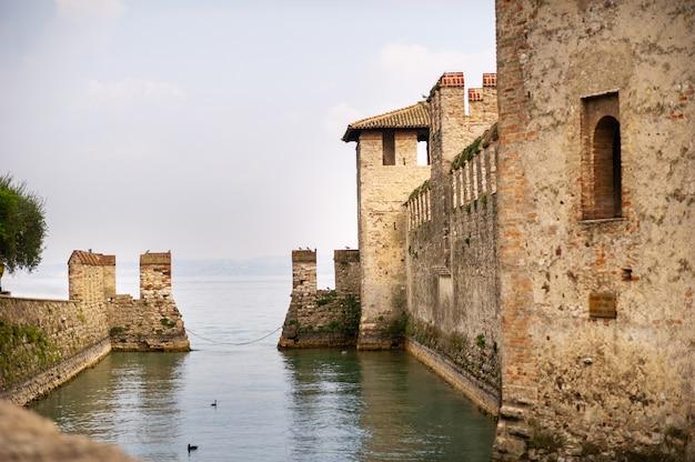 Zamek scaligera w sirmione nad jeziorem garda w toskanii