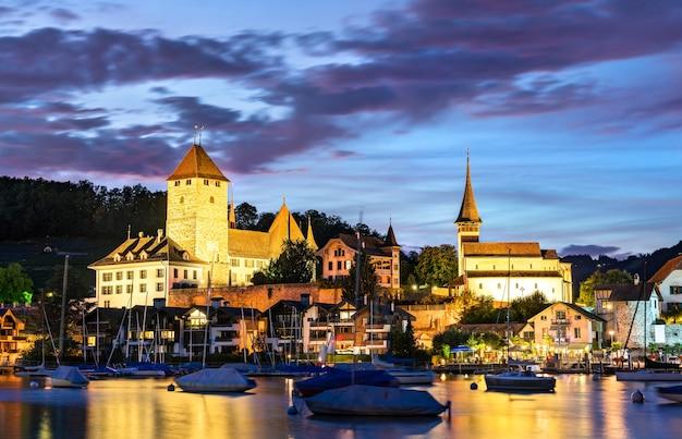 Zamek spiez nad jeziorem thun w kantonie berno w szwajcarii