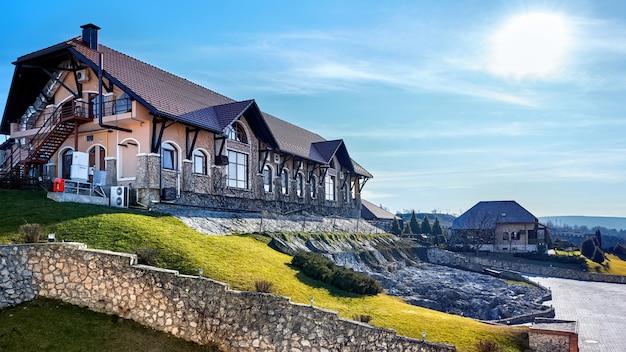 Zamek vartely budynek ze skalistym zboczem i trawą