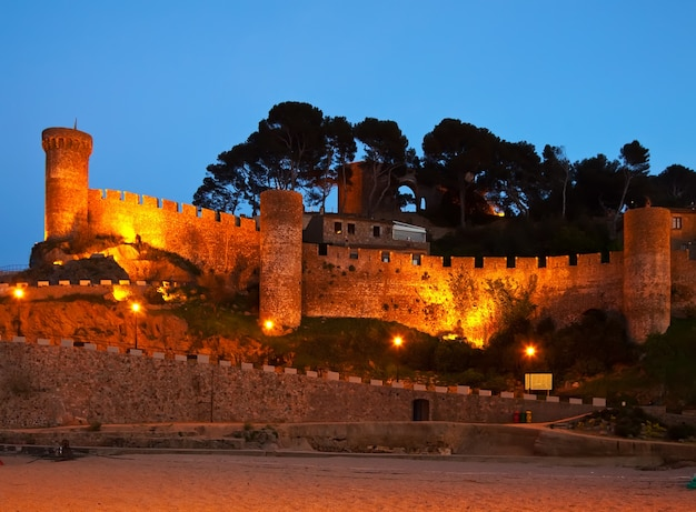 Zamek vila vella. tossa de mar w nocy. hiszpania