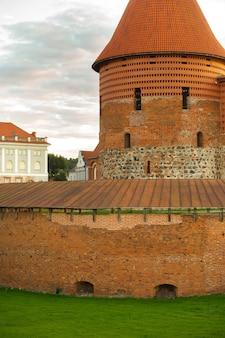 Zamek w kownie w stylu gotyckim latem o zachodzie słońca, litwa.