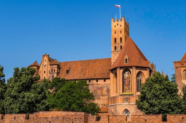 Zamek w malborku, imponujące zamki średniowieczne i dobrze ufortyfikowany zespół gotycki.