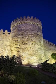 Zamek w mieście baku w azerbejdżanie w nocy