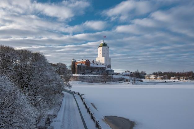 Zamek w mieście wyborg zimą na wyspie zatoki fińskiej.