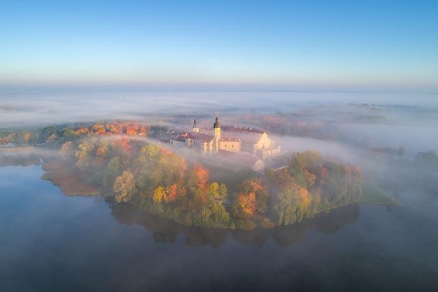 Zamek w nieświeżu, białoruś. zdjęcie z lotu ptaka