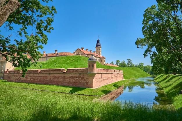 Zamek w nieświeżu w letni dzień z błękitnym niebem. turystyczny punkt orientacyjny białorusi, zabytek kultury, stara twierdza