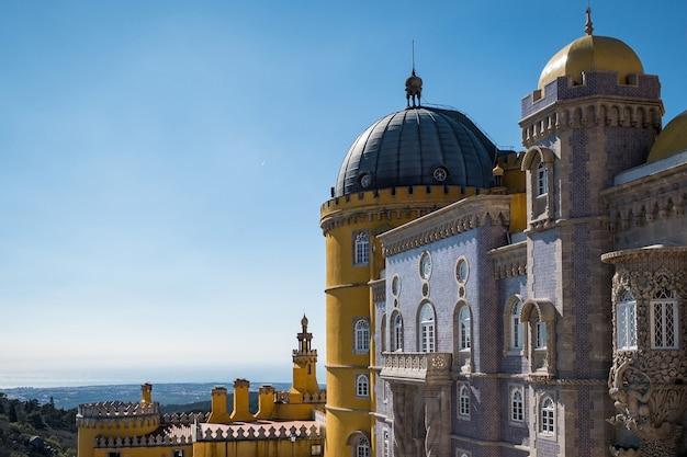 Zamek w sintra cascais otoczony zielenią w słońcu i błękitnym niebem w portugalii