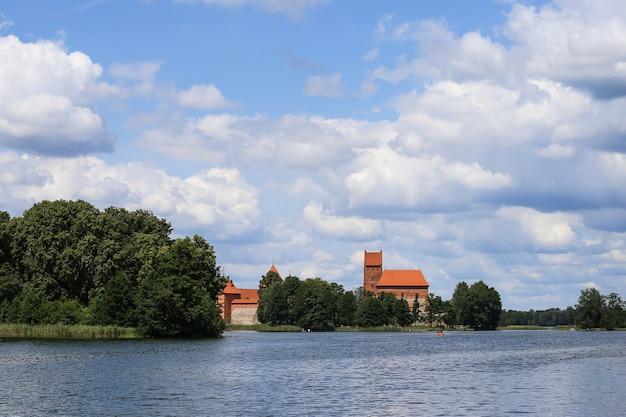 Zamek w trokach, średniowieczny gotycki zamek na wyspie, położony w jeziorze galve. zdjęcie najpiękniejszego litewskiego zabytku. zamek na wyspie troki