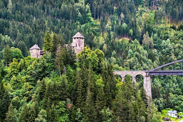 Zamek wiesberg w tyrolu, austriackie alpy