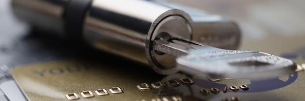 Zamek z uchwytami na klucze na plastikowych kartach kredytowych