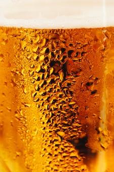 Zamglona szklanka butelki piwa. z bliska strzał.