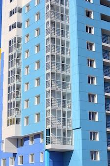 Zamieszkały dom na tle błękitnego nieba