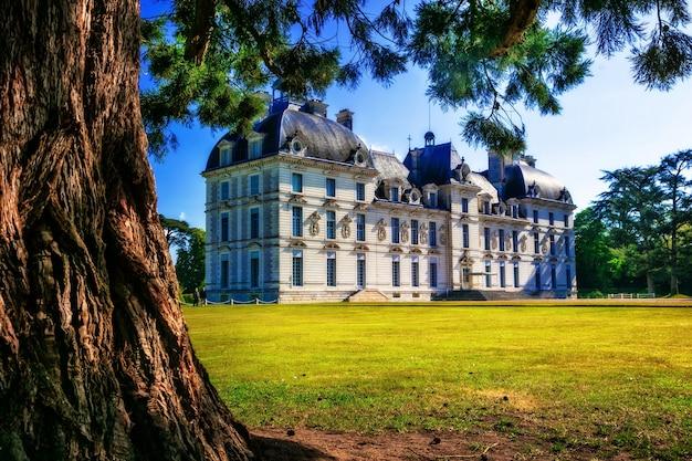 Zamki doliny loary, elegancka cheverny z pięknym parkiem. francja