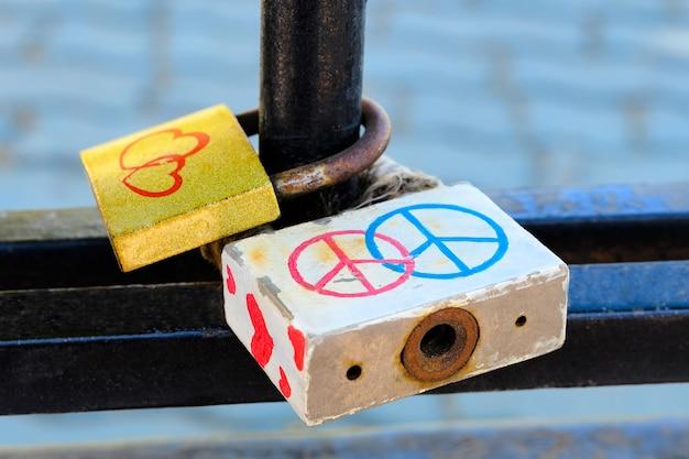 Zamki miłości na metalowej siatce