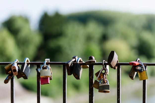 Zamki miłości na ogrodzeniu mostu. koncepcja kultury miłości.