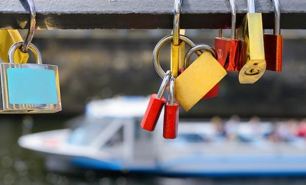 Zamki na historycznym moście nad wodą