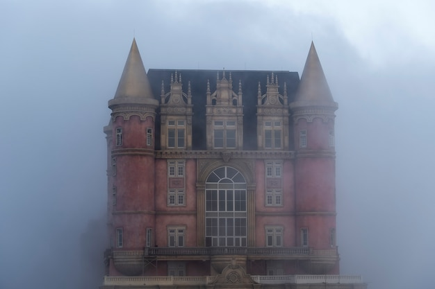 Zamki pokryte mgłą na szczycie bana hills, słynnej miejscowości turystycznej da nang w wietnamie. w pobliżu golden bridge.