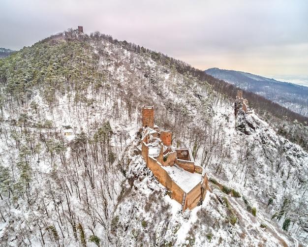 Zamki saint ulrich, girsberg i haut-ribeaupierre w wogezach w pobliżu ribeauville. górny ren, francja