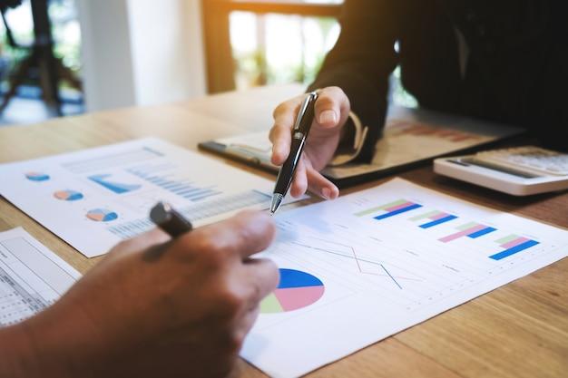 Zamknąć biznesmenów omawiających analizę wzrostu wydajności funduszu inwestycyjnego czas