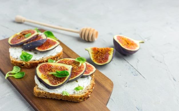 Zamknąć kanapki z serem i figami