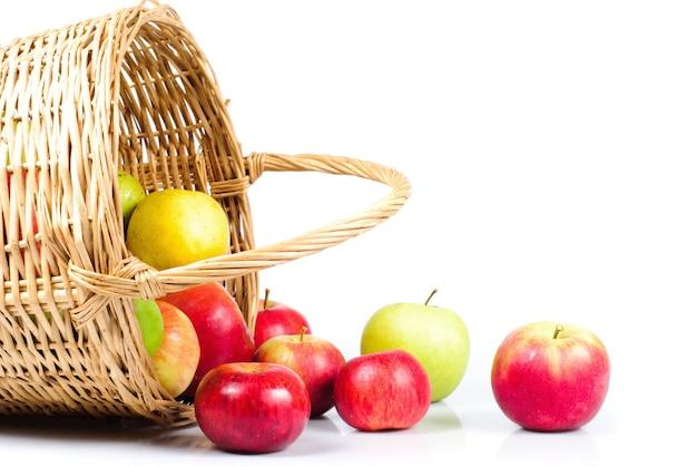 Zamknąć kosz i jabłka na stole
