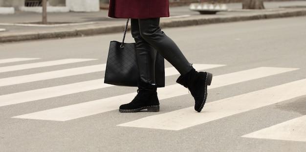 Zamknąć nogi kobiety chodzenia na przejściu dla pieszych.