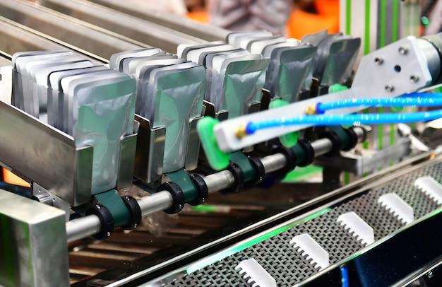 Zamknąć opakowanie z folii aluminiowej w przemysłowej nowoczesnej maszynie do linii pakującej