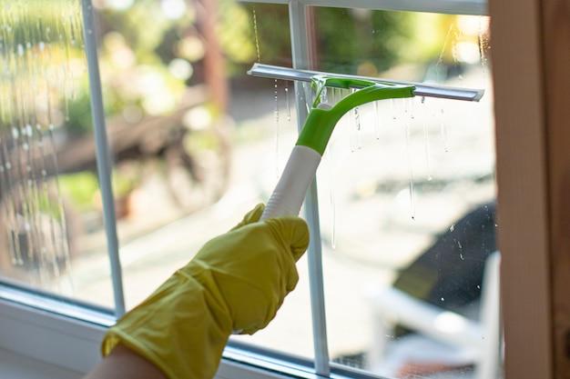 Zamknąć osobę w gumowych rękawiczkach do czyszczenia mieszkania
