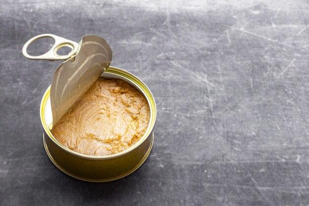 Zamknąć półotwartą puszkę do konserw z tuńczyka z twardą, naturalną jasną i szarą powierzchnią