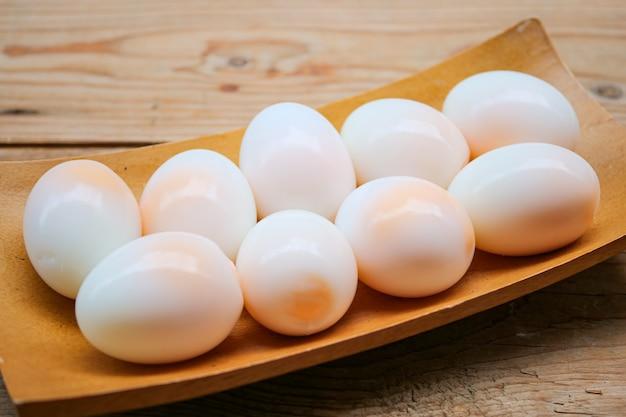 Zamknąć porcję średnio miękkiego ugotowanego jajka z kaczki
