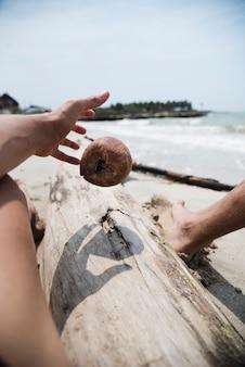 Zamknąć rękę chwytając kokos