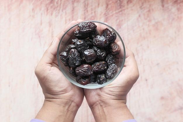 Zamknąć świeżych owoców daty w misce na stole