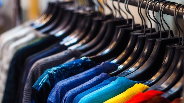 Zamknąć ubrania powiesić na wieszaku na ubrania w sklepie odzieżowym