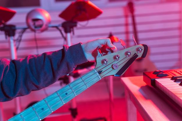 Zamknąć widok dokręcania kołków gitarowych.
