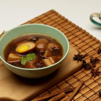 Zamknąć widok słodkiej brązowej zupy duszonych jaj kai palo
