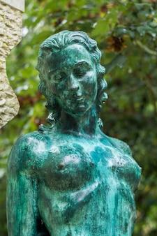 Zamknąć widok zielony posąg nagiej kobiety.