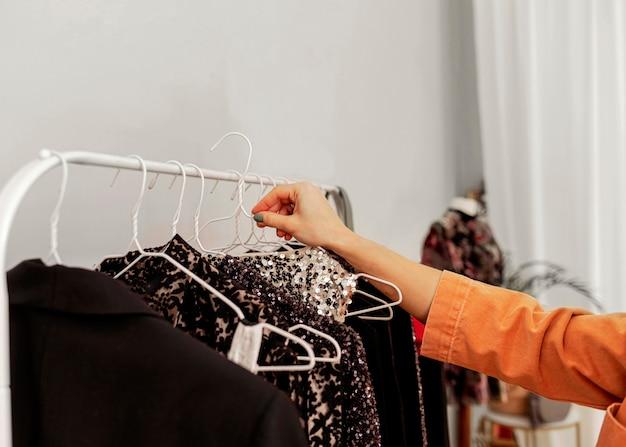 Zamknąć wieszak na ubrania w sklepie