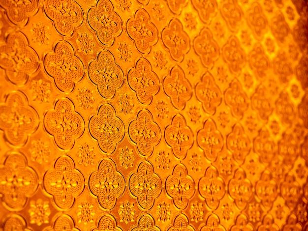 Zamknąć wzór powierzchni i tekstury czerwone tło przyciemniane szyby. szczegół klasyczny wzór witrażu.