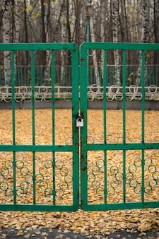 Zamknął żelazną bramę na opuszczonym parkiecie tanecznym.