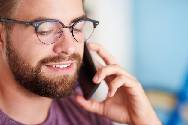 Zamknięcie człowieka używającego telefonu komórkowego