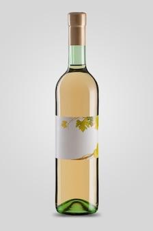 Zamknięta butelka białego wina z etykietą na jasnym tle z cieniem