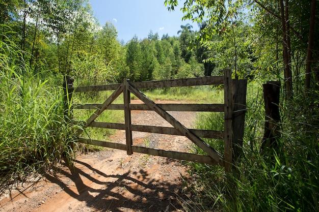 Zamknięta drewniana brama gospodarstwa