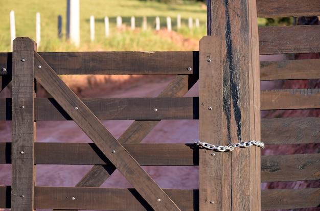 Zamknięta farma z drewnianą bramą