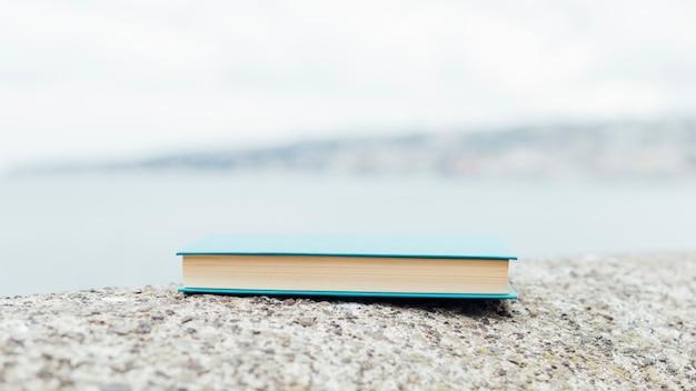 Zamknięta książka blisko morza