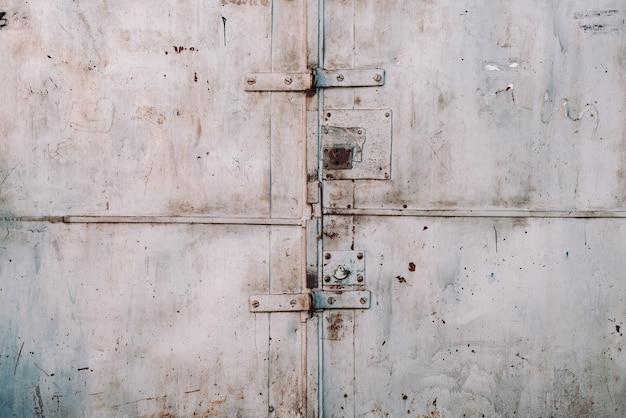 Zamknięta niedoskonała metalowa brama garażowa z bliska