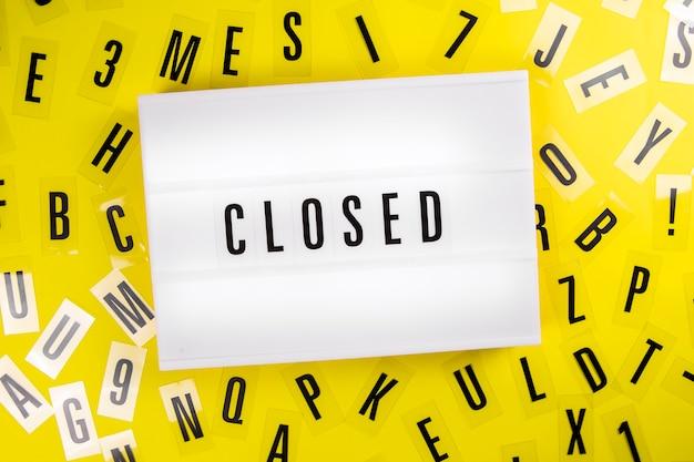 Zamknięta wiadomość na lightbox na tle rozproszonego plastikowego alfabetu